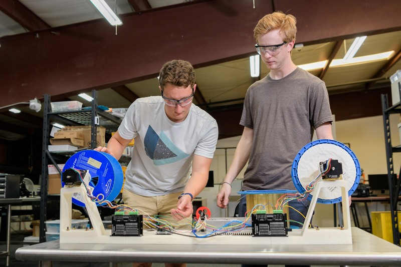UD student Andrew Kacmarcik (left), a senior electrical engineering major and intern at Phase Sensitive Innovations, works with electrical engineering graduate student Sean Nelan.